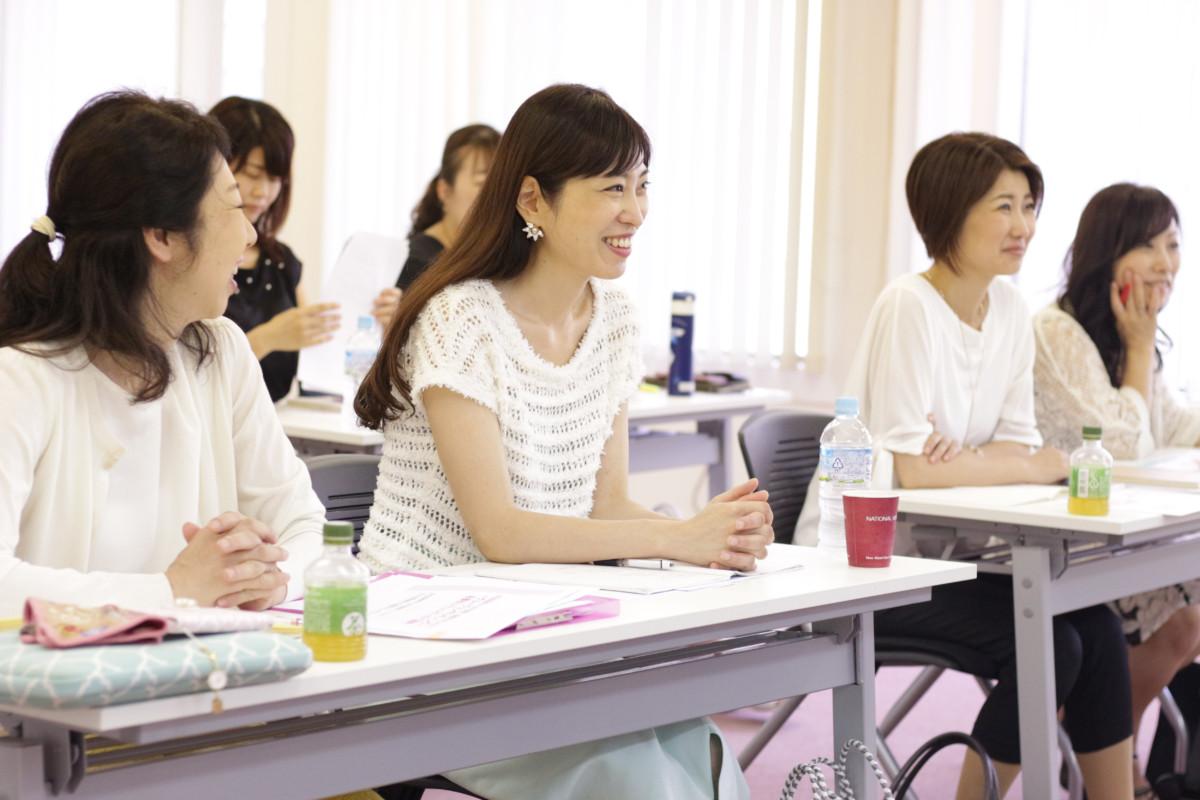 女性起業家がセミナーで学んでいる様子